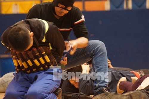 Một con tin bị nhóm khủng bố cài chất nổ lên người.