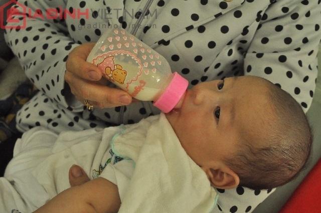 Quốc Huy bú rất nhiều sữa mỗi ngày đến nỗi bác sĩ cũng bảo gia đình giảm lượng sữa để tránh béo phì