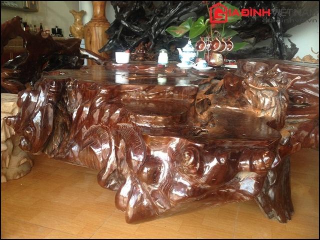 Chiếc bàn xù xì với màu sắc cổ kính