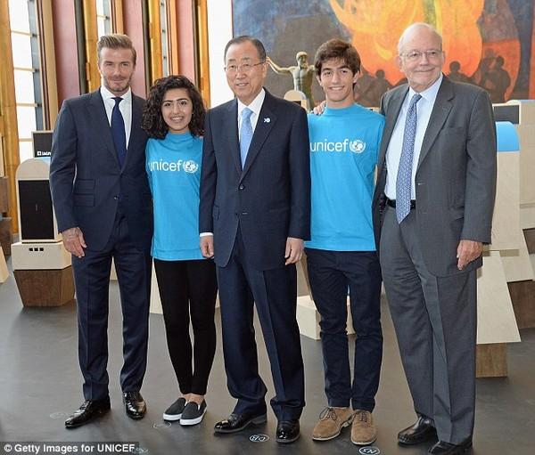 Becks chụp hình cùng Tổng thư ký Liên hợp quốc Ban Ki Moon (giữa), Giám đốc điều hành UNICEF và hai thành viên tổ chức Tiếng nói thanh niên của UNICEF.