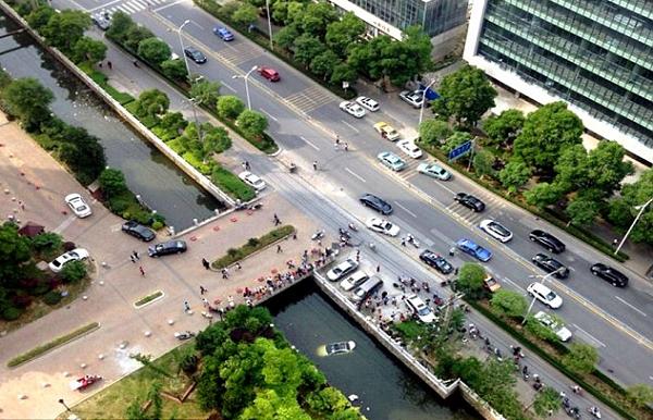 Đám đông tụ tập quanh con sông xảy ra tai nạn.