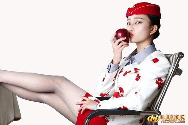 Các cô ấy đôi khi cũng tạo dáng quyến rũ đến nghẹt thở. Một người dùng mạng xã hội đã bình luận rằng: Tôi rất mong chờ nhận được sản phẩm là trái táo mọng kia. Ôi, nhìn cô ấy thật hấp dẫn biết bao!