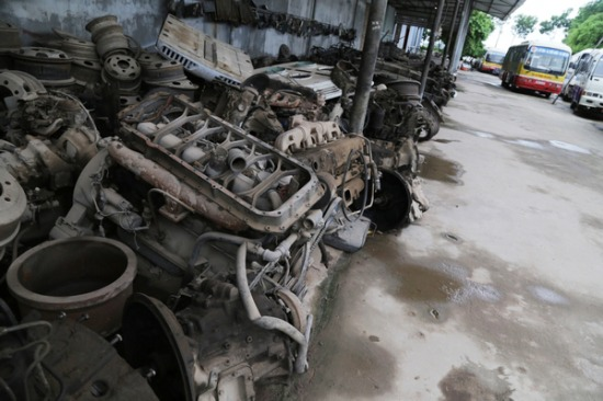 Sau khi mua được xe, chuyển về thôn và tiến hành công đoạntháo, phá, dỡ,cắt các bộ phận để bán riêng.Nhữngphụ tùng, linh kiện còn sử dụng được rồi bán cho các cơ sở trong nước. Những thứ không dùng được đem bán cho đồng nát làm sản phẩm tái chế