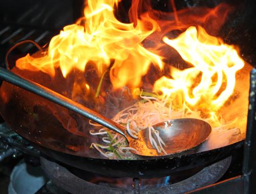 Dùng lửa quá to sẽ biến dầu ăn thành chất độc