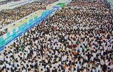 Sự cạnh tranh gay gắt trong công việc và môi trường sống không thực sự lý tưởng tại Trung Quốc hiện nay là nguyên nhân khiến nhiều bạn trẻ có năng lực muốn ở lại nước ngoài sống và làm việc.