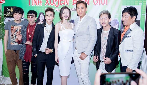 Diễn viên Vương Đại Trị đến từ Trung Quốc (Ngoài cùng bên trái) bị chê ăn mặc xuề xoà khi đến Việt Nam dự sự kiện.