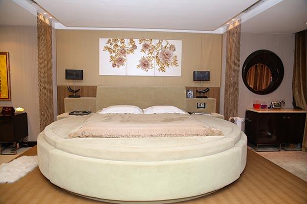 Đặc biệt nhất, chiếc giường có thể rung, massage hay nâng lên nâng xuống theo ý muốn của Mr Đàm.