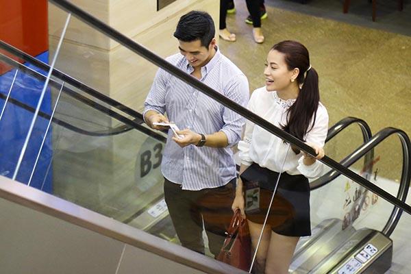 Cặp đôi này tỏ ra khá vui vẻ, thân thiết dù xuất hiện ở chỗ đông người qua lại.