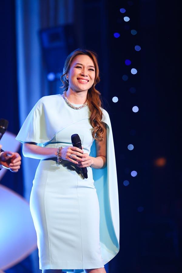 Cô cũng chiều lòng khán giả hâm mộ khi biểu diễn solo 2 ca khúc Hoạ mi tóc nâu và Niềm tin.