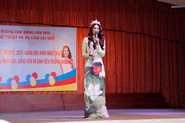 Buổi giao lưu diễn ra hơn 2 giờ đồng hồ, nhiều chia sẻ từ đồng nghiệp, ban lãnh đạo, sinh viên…  cho Phạm Hương khiến cô thật sự xúc động.