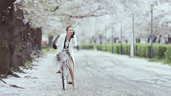 Cô mặc chiếc áo măng tô trắng và tự tin tạo dáng với nhiều trạng thái, phong cách khác nhau.