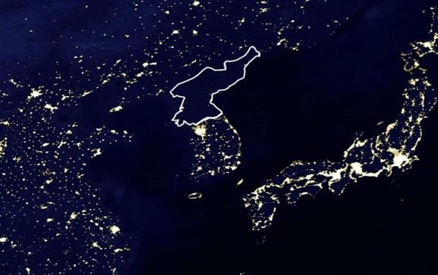 Ảnh vệ tinh cho thấy Triều Tiên tối om vì không có điện.