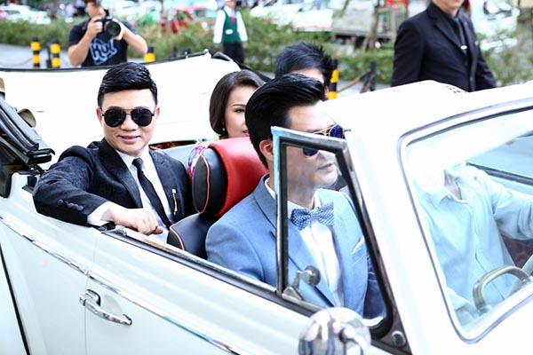 Chiều qua (02/12), ca sĩ Quang Linh, Đan Trường, Cẩm Ly, Quang Dũng cùng xuất hiện trên chiếc xe cổ để tới sự kiện ra mắt chương trình Thần tượng Bolero ở TP. HCM.