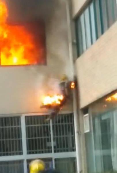Vì vụ hỏa hoạn ở tầng 2 nên người lính cứu hỏa nhảy xuống đất cũng dễ dàng hơn và không để lại nhiều thương tích.