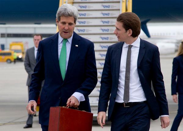 Ngoại trưởng Áo đón người đồng cấp Mỹ John Kerry ở sân bay quốc tế Vienna hồi tháng 10/2014. Ảnh: AP