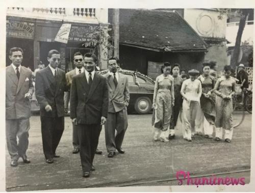 Đi đầu bên trái là chú rể điển trai tên Nguyễn Đức Chiểu, cậu ấm của ông chủ tiệm may Á Đông, còn cô dâu mặc áo dài trắng (cúi mặt) đi bên phải tên Nguyễn Thị An, là đại tiểu thư gia đình quyền quý, giàu có nổi tiếng tại phố Sinh Từ.