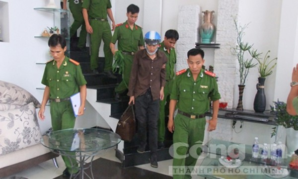 Dương và Tiến lấy một số tài sản rồi đi xuống tầng trệt để tẩu thoát (Ảnh thực nghiệm hiện trường báo CA TPHCM)