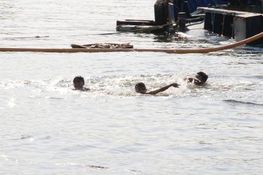 Trong khi đó, tại kênh Tẻ, nhiều trẻ nhỏ vô tư vùng vẫn trong nước mặc cho tàu bè qua lại