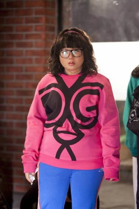 Trong Dream High, IU đã cố gắng tăng cân để phù hợp với vai diễn cô học sinh béo ú. Không những thế nhân vật của cô còn được trang bị thêm một cặp kính to đùng và mái tóc xoăn tít lỗi mốt.