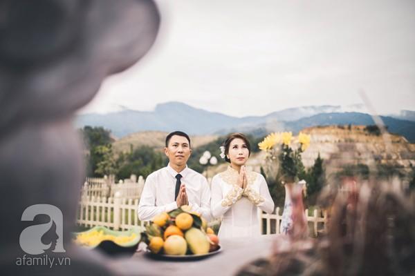 Hai người cùng chắp tay cùng cầu nguyện.