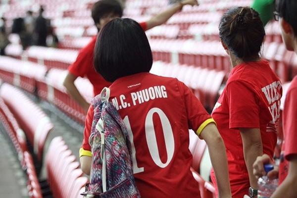 Với việc xuất hiện trên sân Sports Hub và mặc chiếc áo số 10 in tên Công Phượng, mối quan hệ giữa Hòa Minzy và tiền đạo xứ Nghệ dường như được công khai.