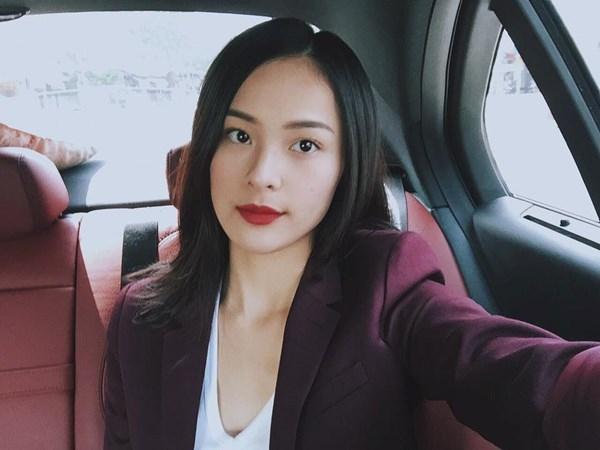 Hình ảnh bó hoa tặng người đẹp trên chiếc siêu xe của Cường Đôla, hoàn toàn trùng khớp vớiNội thất chiếc xe mà Hạ Vi ngồichụp ảnh selfie. (ảnh chụp màn hình).