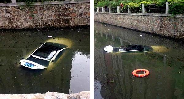 Chiếc xe Mercedes chìm xuống làn nước bẩn sau khi nữ chủ nhân thoát khỏi an toàn.