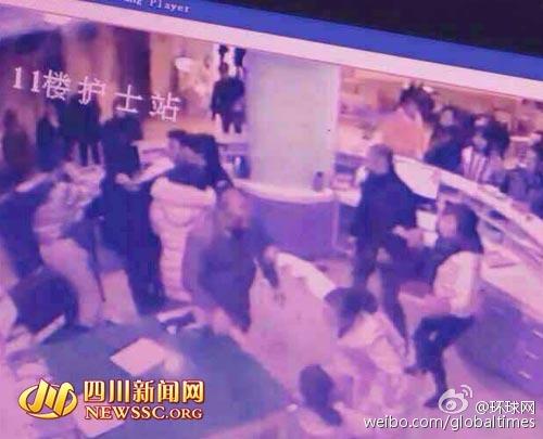 Camera giám sát của bệnh viện ghi lại hình ảnh vụ 3 người đàn ông đánh đập 1 nữ y tá. Ảnh: Tin tức Tứ Xuyên.