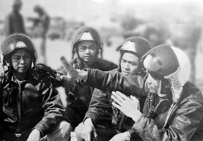 Phi công Nguyễn Văn Nghĩa (ngoài cùng bên phải) cũng những đồng đội trong những ngày chiến đấu gian khổ nhưng cũng đầy vinh quang,