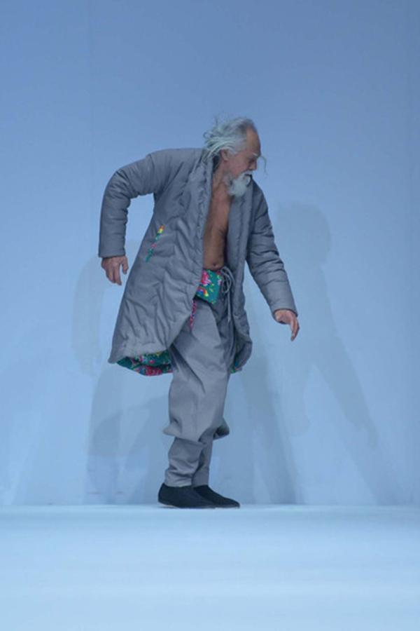 Phong cách trình diễn thú vị của ông nhận được sự cổ vũ của đông đảo người hâm mộ.