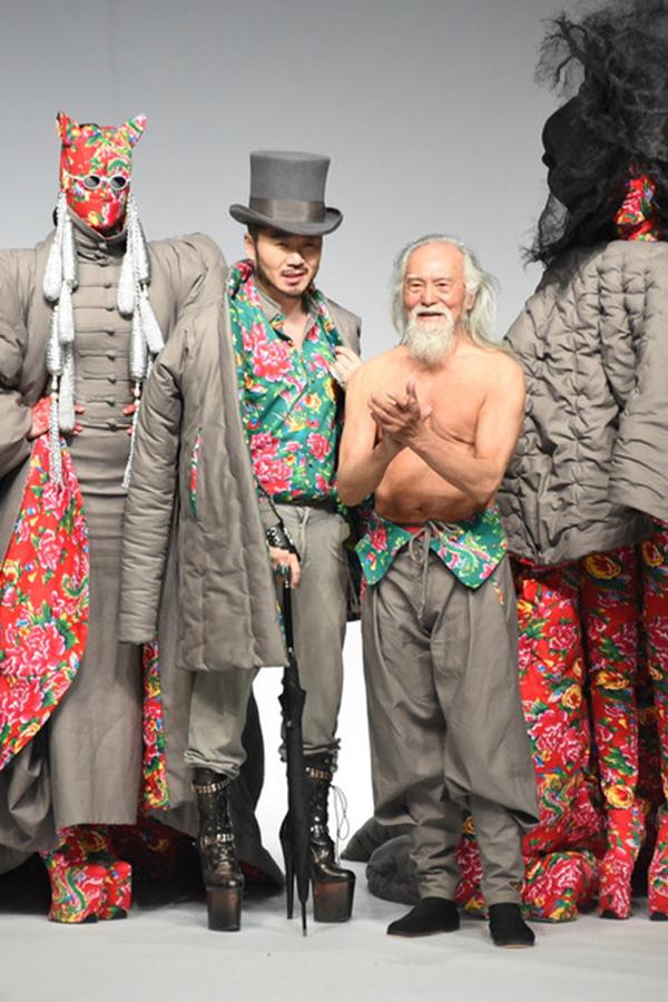 Vương Đức Thuận nổi bật bên dàn người mẫu.