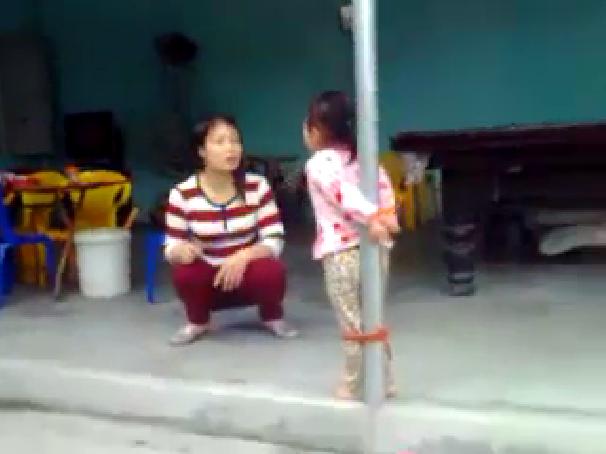 Bà mẹ không ít lần lấy roi đánh vào chân cô bé