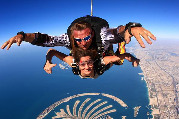 Bạn có thể tận hưởng cảm giác mạnh trên bầu trời với Skydiving.