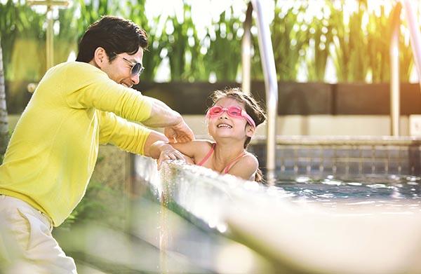AnhMới đây, Trần Bảo Sơn đưa con gái đi bơi tại một hồ bơi trong khuôn viên một khách sạn 5 sao tại quận 1, TP. Hồ Chí Minh.