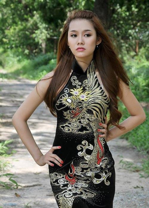 Cách lựa chọn trang phục, cách make up và để tóc khiến Linh Chi dừ hơn rất nhiều so với độ tuổi 21.