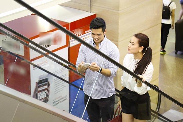 Tối 21/07, nhiều người bắt gặp Trương Ngọc Ánh xuất hiện cùng chàng trai lạ mặt tại 1 trung tâm thương mại lớn nhất TP. Hồ Chí Minh.