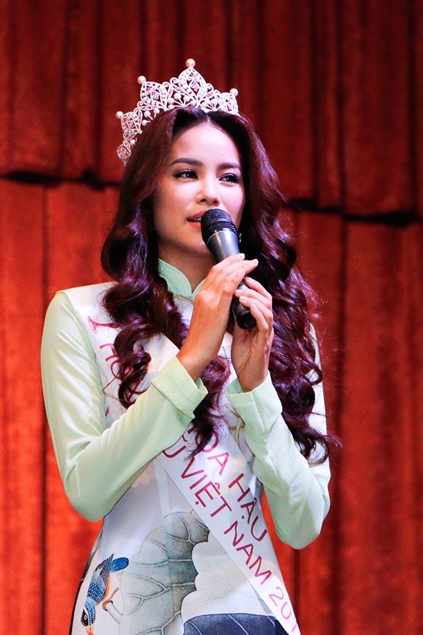 Trong buổi gặp gỡ, hoa hậu Phạm Hương cho biết cô vô cùng xúc động trước tình cảm của các thầy cô, sinh viên của trường đã dành cho mình.