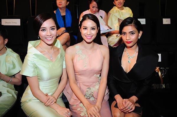 Không hẹn từ trước, Phạm Hương, Thiên Lý, Trương Thị May đều mặc thiết kế của Phương My và bộ ba người đẹp vui vẻ chụp hình kỉ niệm khi hội ngộ.