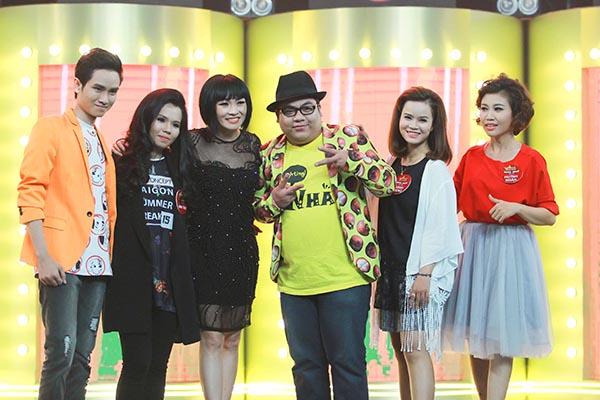 Các thí sinh chụp hình kỉ niệm cùng Phương Thanh.