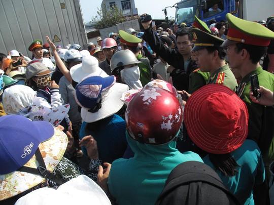 Lực lượng công an can ngăn, nhưng nhiều người vẫn bám trụ làm ách tắc Quốc lộ 1