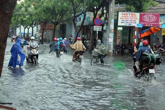 Cơn mưa khiến đường Nguyễn Văn Quá, Song Hành bị ngập