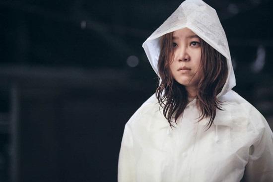 Vào vai một cô gái thường xuyên nhìn thấy ma nên đôi mắt của Gong Hyo Jin trong Masters Sun chả khác gì mắt gấu trúc vì bị ma ám đến mất ngủ. Nhiều người còn nhận xét bộ dạng thất thiểu, mái tóc rồi bù và đôi mắt thâm quầng của cô còn đáng sợ hơn cả ma nữ.