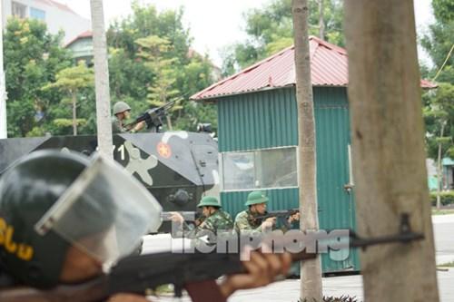 Lực lượng quân đội, công an nhanh chóng triển khai, áp sát khu vực nhà thi đấu.
