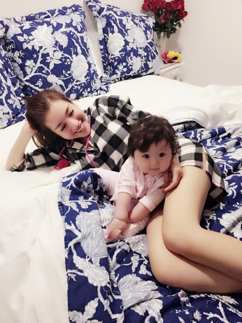 Elly Trần cũng thường xuyên ăn mặc khá mát mẻ khi chụp ảnh cùng con gái yêu Mộc Trà