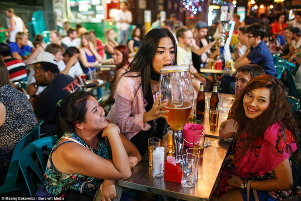 Khu ổ chuột này là thiên đường cho những du khách thích cuộc sống về đêm để uống bia, nhảy mua trong quán bar.