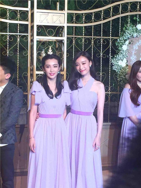 Hai phù dâu xinh đẹp đại diện nhà gái