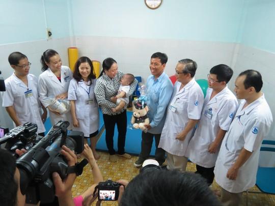 Nụ cười đã trở lại trên khuôn mặt anh Nguyễn Văn Nam, cha bé Huy. Anh đã đứng lên đi lại được sau khi được BV STO Phương Đông tặng chiếc chân giả và tập vật lý trị liệu.