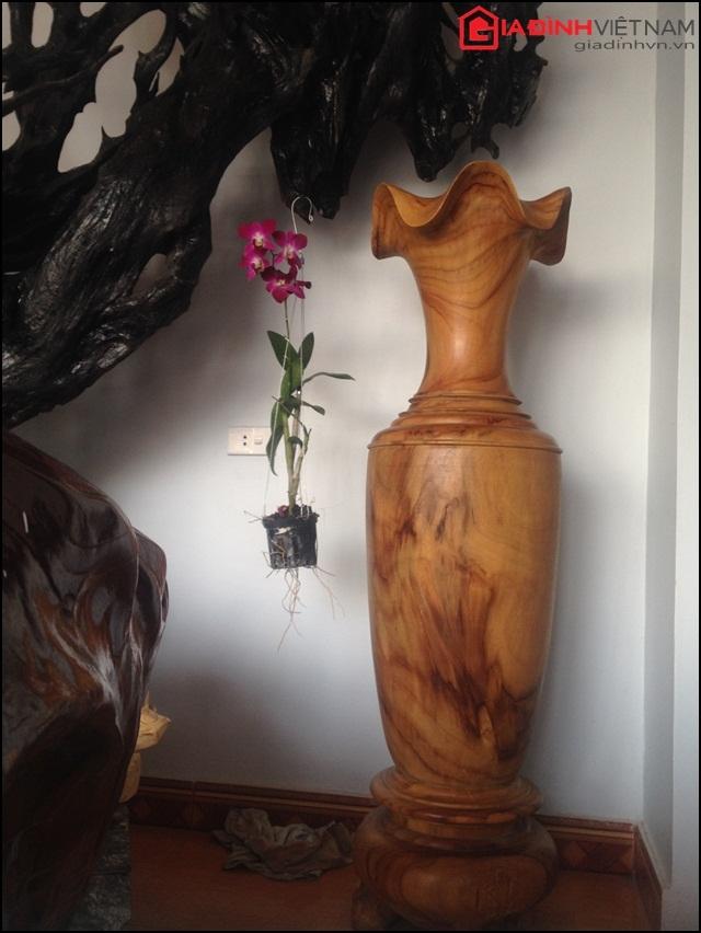 Chiếc thống bằng gỗ tự nhiên nguyên khối.