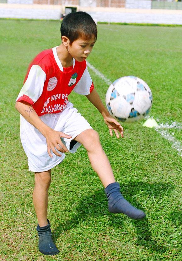 Công Phượng bộc lộ năng khiếu bóng đá từ nhỏ nhưng không được lò SLNA tiếp nhận vì hình thể nhỏ bé hơn so với chúng bạn.