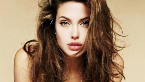 """Trên thực tế, hai chiếc răng thỏ đã là biểu tượng cái đẹp và gợi cảm của nhiều người đẹp nổi tiếng thế giới. Angelina Jolie là một trong nnhững cái tên đình đám giúp """"định nghĩa lại tiêu chuẩn cái đẹp"""" này."""